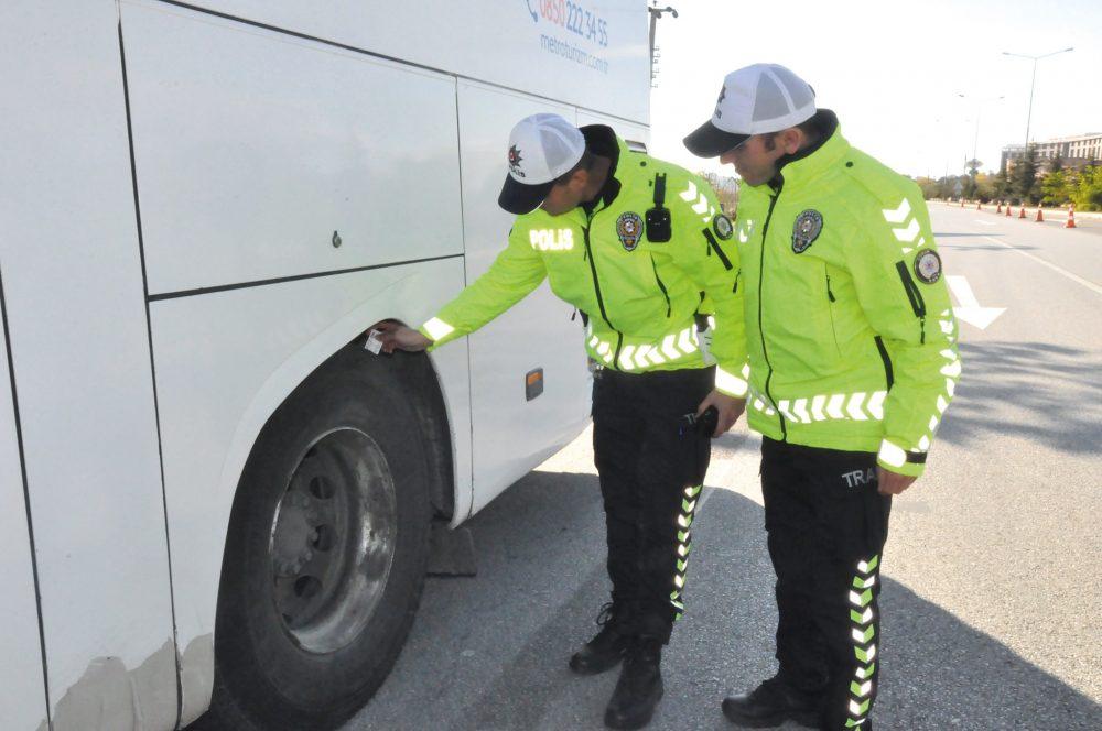 Türkiye genelinde olduğu gibi Sungurlu'da da 1 Aralık itibariyle başlayan kış lastiği uygulaması nedeniyle Bölge Trafik ekipleri tarafından denetim gerçekleştirdi. | Sungurlu Haber
