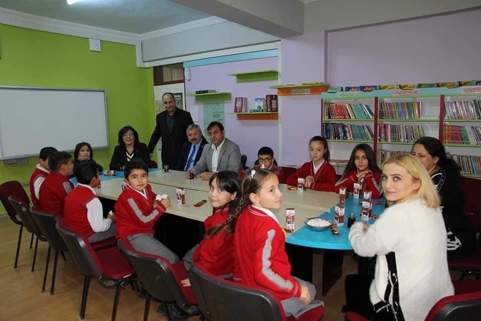 Atatürk İlkokulu 3-C sınıfı öğrencisi Fatih Erayhan, Belediye Başkanı Şahiner'e yazmış olduğu mektupta okul kütüphanesi için okuma kitabı ve Türk bayrağı talebinde bulundu. Başkan Şahiner'in talimatlarıyla Belediye Başkan Yardımcıları Sakine Sarıyüce, Bahri Sezen ve Mükremin Dağaşan'da okula giderek öğrencimizin talebini yerine getirdiler. | Sungurlu Haber