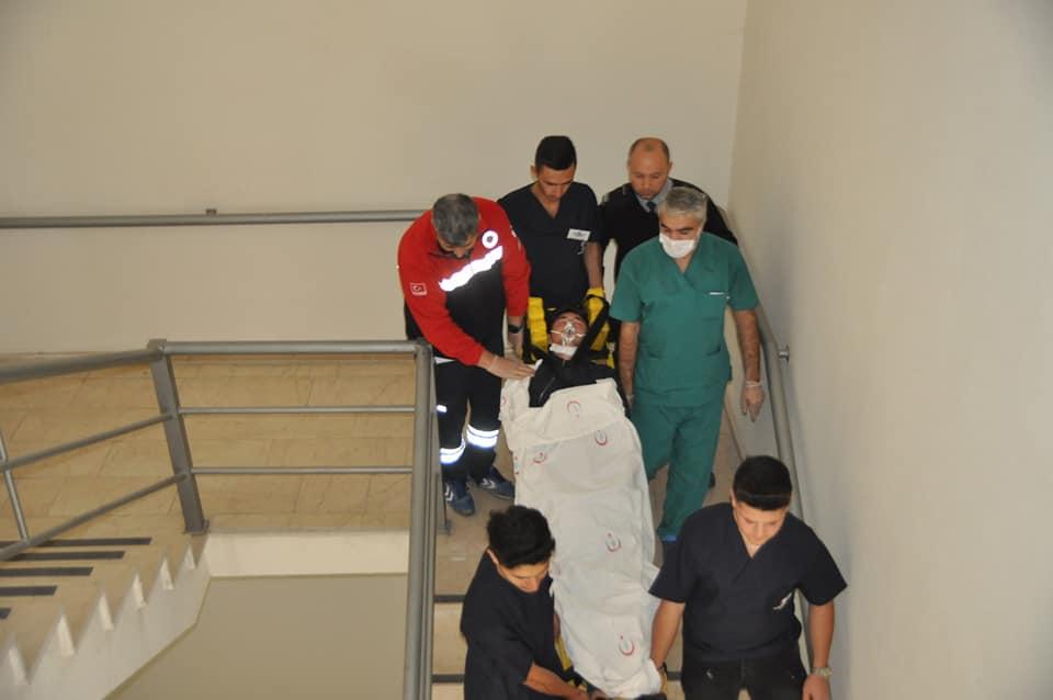 Sungurlu Devlet Hastanesi'nde yangın tatbikatı yapıldı. Senaryo gereği çıkan yangında hastaları kurtarma görüntüleri, gerçeği aratmadı. | Sungurlu Haber