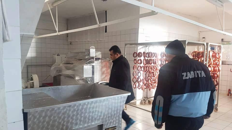 Sungurlu Belediyesi Zabıta ekipleri ilçe genelinde faaliyet gösteren sucuk imalathane ve satıcılarına yönelik denetim gerçekleştirdi. | Sungurlu Haber