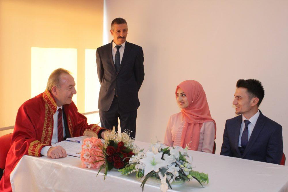 Sungurlu Belediye Başkanı Abdulkadir Şahiner, Evlendirme Memurluğuna bir yıl boyunca toplam 244 çiftin evlenmek için başvuru yaptığını açıkladı.
