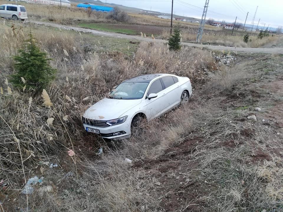 Sungurlu'da otomobilin şarampole uçtuğu trafik kazasında 2 kişi yaralandı. | Sungurlu Haber