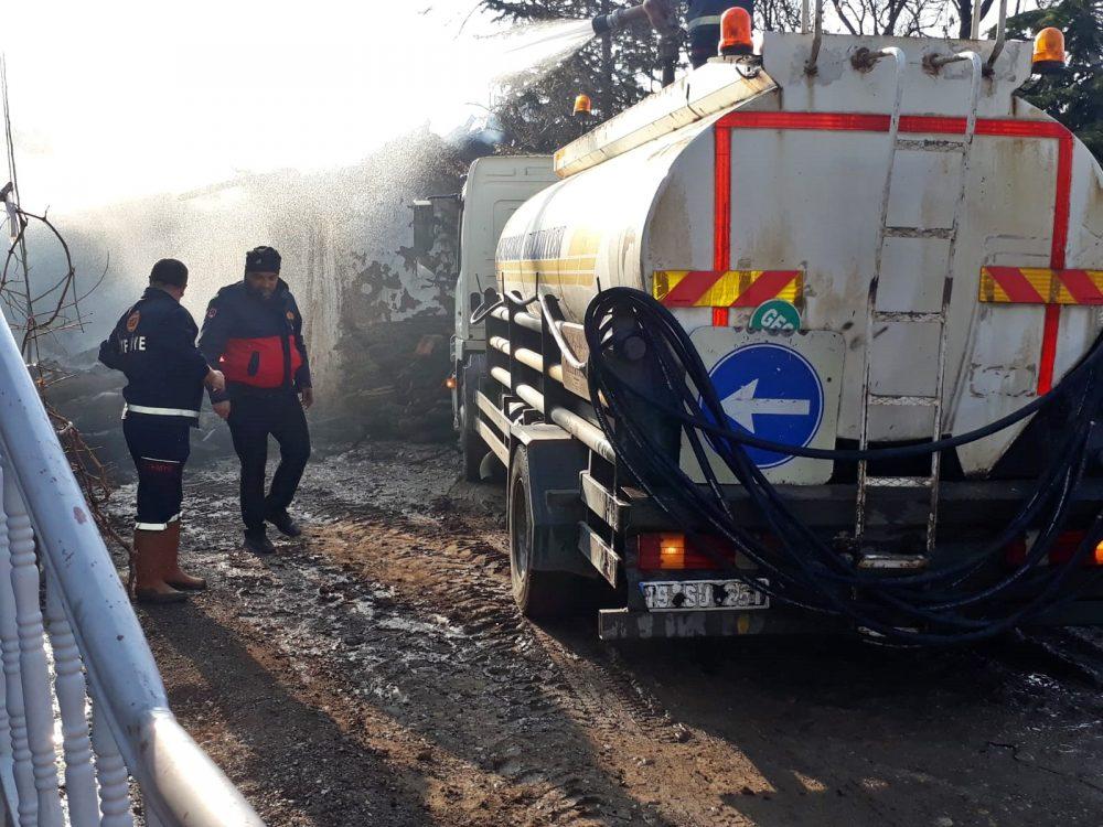 Arifegazili Köyü'nde çıkan yangında tandırlık ve samanlık kül oldu. İtfaiyenin erken müdahalesi ile yangın eve sıçramadan söndürüldü. | Sungurlu Haber