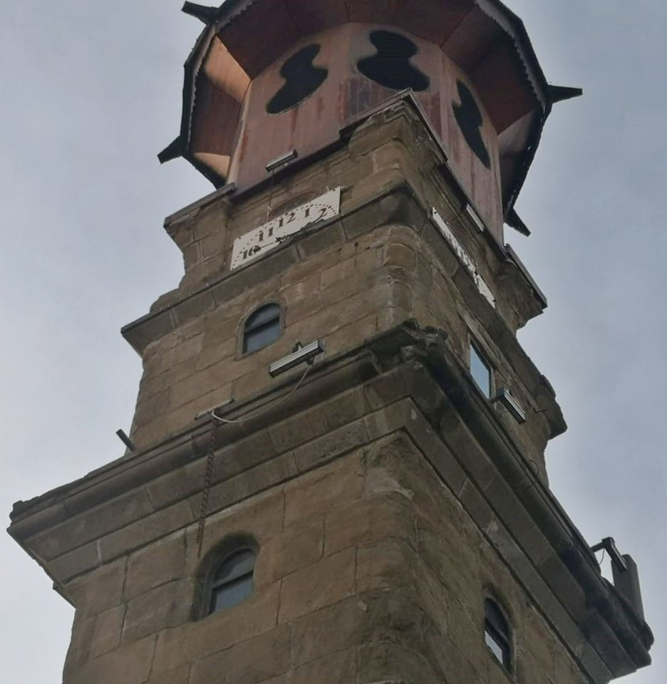 Ankara'da sabah saatlerinde meydana gelen depremler Sungurlu'da da hissedildi. Sungurlu'nun simgesi olan 128 yıllık tarihi saat kulesinin balkon parçaları kırıldı. | Sungurlu Haber