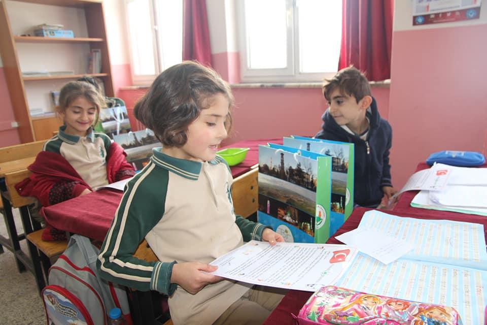 """Sungurlu Belediye Başkanlığı, bu yıl da yarıyıl tatiline girecek olan 569 ilköğretim birinci sınıf öğrencisine karne hediyesi olarak """"okuma seti"""" hediye etti.   Sungurlu Haber"""