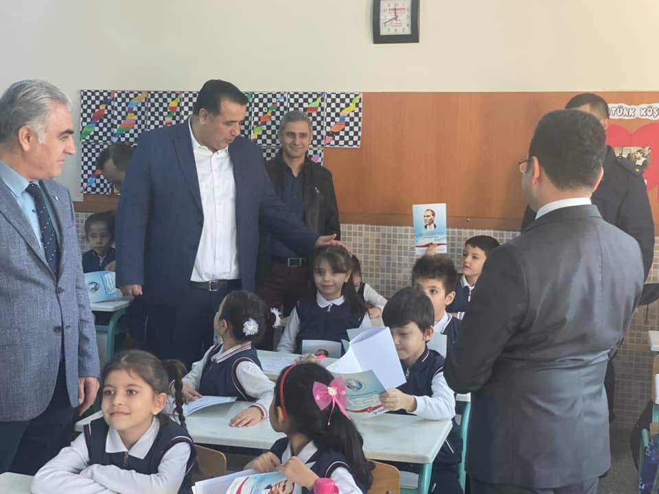 Çorum Milletvekili Oğuzhan Kaya Osmancık Akşemsettin ilkokuldaki karne programına katıldı.   Sungurlu Haber