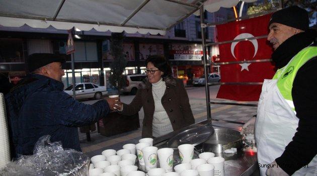 Sungurlu Belediyesi'nin büyük ilgi gören sabahları ücretsiz sıcak çorba servisi yeniden hizmete girdi. İkramdan iş ve okula yetişme telaşıyla kahvaltı yapmadan evden çıkan vatandaş ve öğrenciler yararlanıyor. | Sungurlu Haber