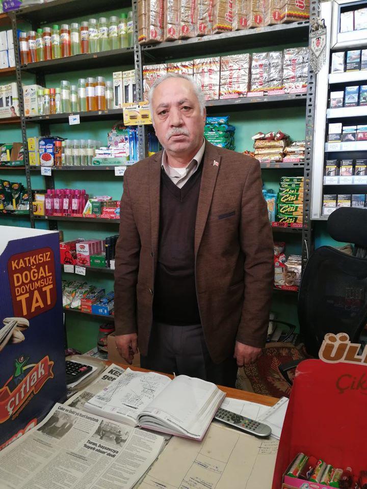 Başta İstanbul olmak üzere Türkiye'nin birçok yerinde mahallelinin bakkallara olan borcunu ödeyen gizemli hayırsever, bu kez Sungurlu'da ortaya çıktı. Robin Hood olarak bilinen hayırsever, Sungurlu'da birden fazla bakkala giderek 80 kişinin 30 bin liralık borcunu ödedi. | Sungurlu Haber