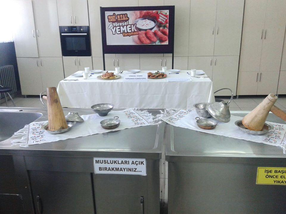 TOKİ Anadolu Teknik ve Meslek Lisesi tarafından Sungurlu Tokmak Köftesi yöresel yemek yarışması düzenlendi. Yöresel Yemek yarışmasının jüri üyeliğini Mine Çetin, Birsen Korkmaz, Emine Karacif, Yasemin Türkel ve Yasemin Aktaş tarafından yapıldı. Jüri üyelerinin öğrenciler tarafından hazırlanan Sungurlu'nun yöresel yemeği Tokmak Köfteyi değerlendirmelerinde birinci olarak Kader Kurulay'ın yapmış olduğu tokmak köftesini seçildi. | Sungurlu Haber