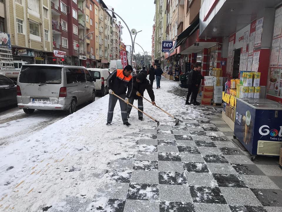 Sungurlu Belediyesi Temizlik İşleri Müdürlüğü tarafından, vatandaşların her hangi bir aksaklık yaşamaması için kar küreme çalışması yapıldı. | Sungurlu Haber