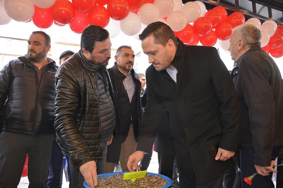 Sungurlu'da faaliyet gösteren Zeki Özgür Leblebi, dördüncü şubesini Özgür Leblebi adıyla Ankara Hüseyingazi'ye açtı. Ekin Mahallesi Özalp Caddesi'nde hizmete giren Zeki Özgür Leblebi'nin açılışı bugün yapıldı. | Sungurlu Haber