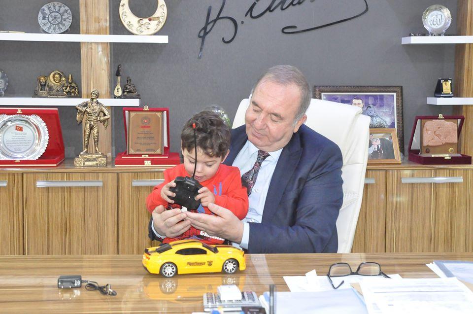 Çorum'da doğuştan kalbinin yarısı olmayan 3 yaşındaki Rüzgar Ege Şahin'e Sungurlu Belediye Başkanı Abdulkadir Şahiner sahip çıktı. Rüzgar Ege Şahin'in ameliyat masraflarını Sungurlu Belediye Başkanı Abdulkadir Şahiner karşılayacak. | Sungurlu Haber