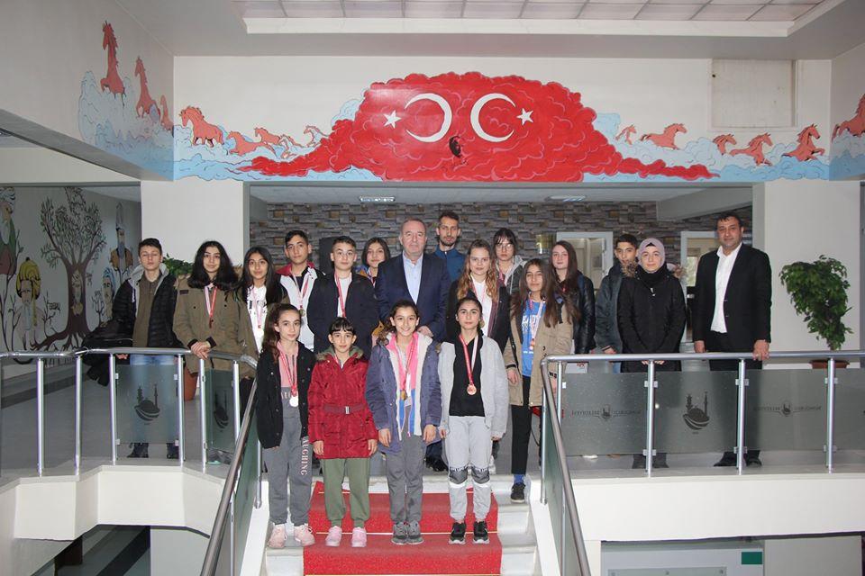 Ortaokullar ve Liseler arası Taekwondo il seçmesinde ilçemizi temsil eden ve 9 şampiyonluk ve 7 tane üçüncülük derecesi alan başarılı Taekwondocular, Sungurlu Belediye Başkanı Abdulkadir Şahiner'i makamında ziyaret etti.   Sungurlu Haber