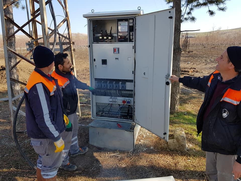 Sungurlu Belediyesi'ne ait ilçeye bağlı Yanıcak Köyü mevkinde bulunan, Sungurlu'nun su ihtiyacını karşılayan su kuyularına ait elektrik trafonun kabloları kimliği belirsiz kişi ya da kişilerce çalındı. Durumu öğrenen Belediye yetkileri durumu Jandarmaya bildirirken, jandarma olayla ilgili soruşturma başlatıldı.   Sungurlu Haber