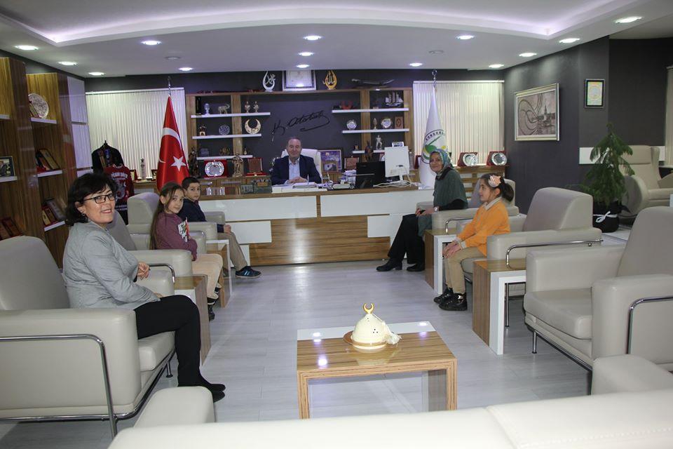 Yavuz Selim İlkokulu öğrenci ve öğretmenleri, 81 il ve birçok ilçede uygulanan yurtdışında Azerbaycan, Arnavutluk ve Romanya'da da yürütülen etwing projesi olan 'Durakta Matematik' projesine desteklerinden dolayı Belediye Başkanı Abdulkadir Şahiner'e teşekkür ziyaretinde bulundular. | Sungurlu Haber