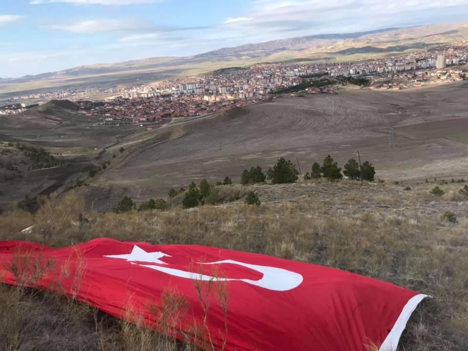 İlçemiz esnaflarından Muzaffer Karabağırlı ve Şevket Can Uzan, şehitler anısına Manastır Tepesi'ne Türk Bayrağı astılar. | Sungurlu Haber
