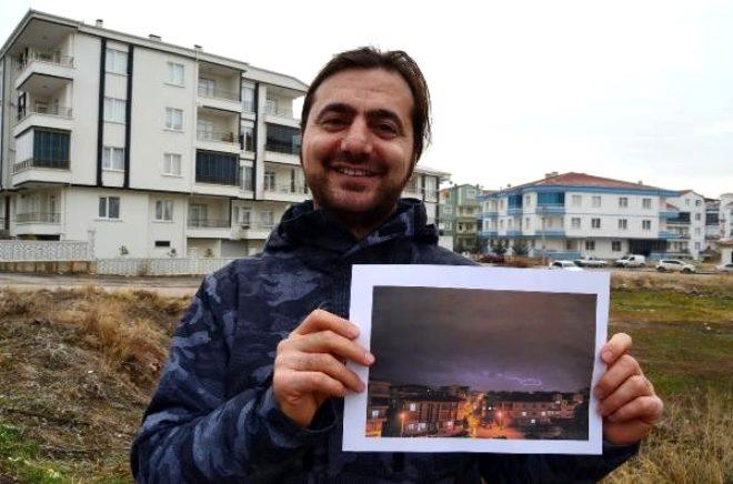 Aksaray'da yaşayan fotoğraf tutkunu doktor Oğuz Yıldırım, yağmurlu bir havada yıldırım sırasında çektiği fotoğrafta, yıldırımın çizgilerinden Türkiye haritası oluştuğunu görünce gözlerine inanamadı. | Sungurlu Haber