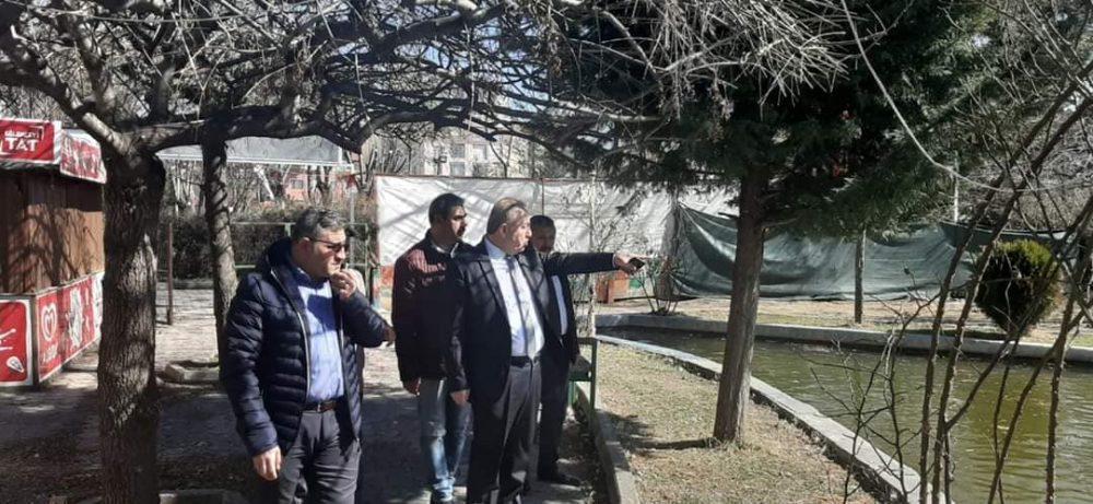 """Ağaç budama çalışmaları yapılan İhsan Emralioğlu (şehir) parkında yerinde incelemeler de bulunan Belediye Başkanı Abdulkadir Şahiner, """"Şehir parkımızı Kent Park ile birleştirip daha modern bir hale getirmek için gerekli çalışmalara başlayacağız. Eski binayı yıkıp, yerine modern ilçemize yakışır bir Nikah Salonu yapacağız. Işıklandırma sistemini yeniden yapacağız. Parktaki havuzu da gerekli tadilat çalışmalarını yapıp, daha modern bir hale getireceğiz"""" dedi.   Sungurlu Haber"""