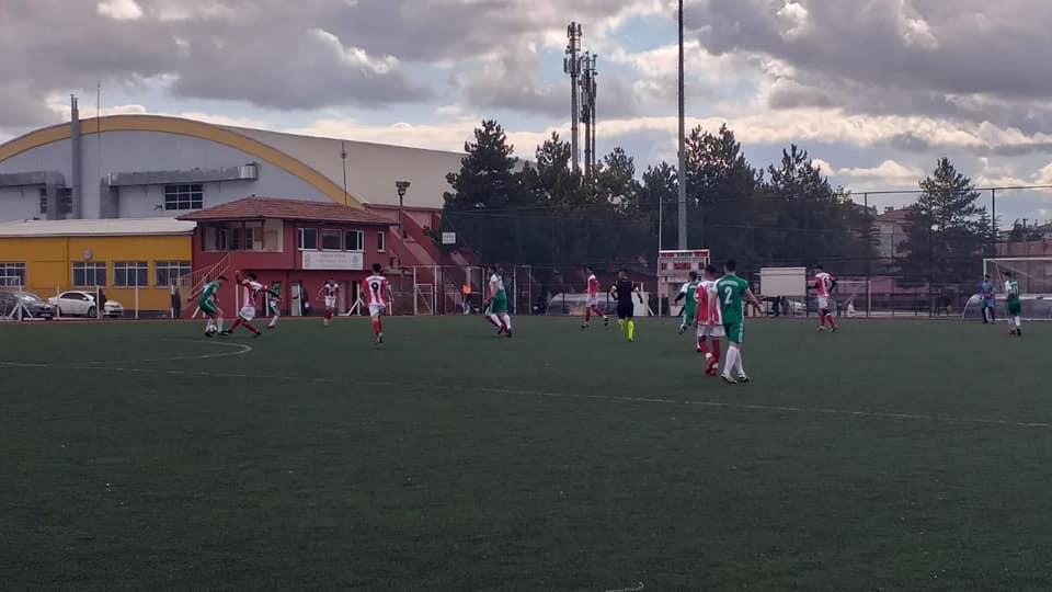 Ligin ikinci devresine fırtına gibi başlayan temsilcimiz Sungurlu Belediyespor, güçlü rakibi Eti Lisesi'ni deplasmanda 4-0 yenerek, ikinci devre yenilgisiz yoluna devam ediyor. | Sungurlu Haber