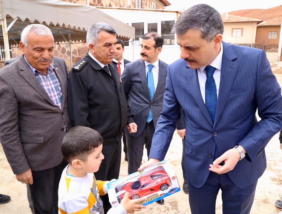 Çorum Valisi Mustafa Çiftçi, Sungurlu'ya bağlı Turgutlu, Terzili ve Güvendik Köylerini ziyaret ederek incelemelerde bulundu. | Sungurlu Haber