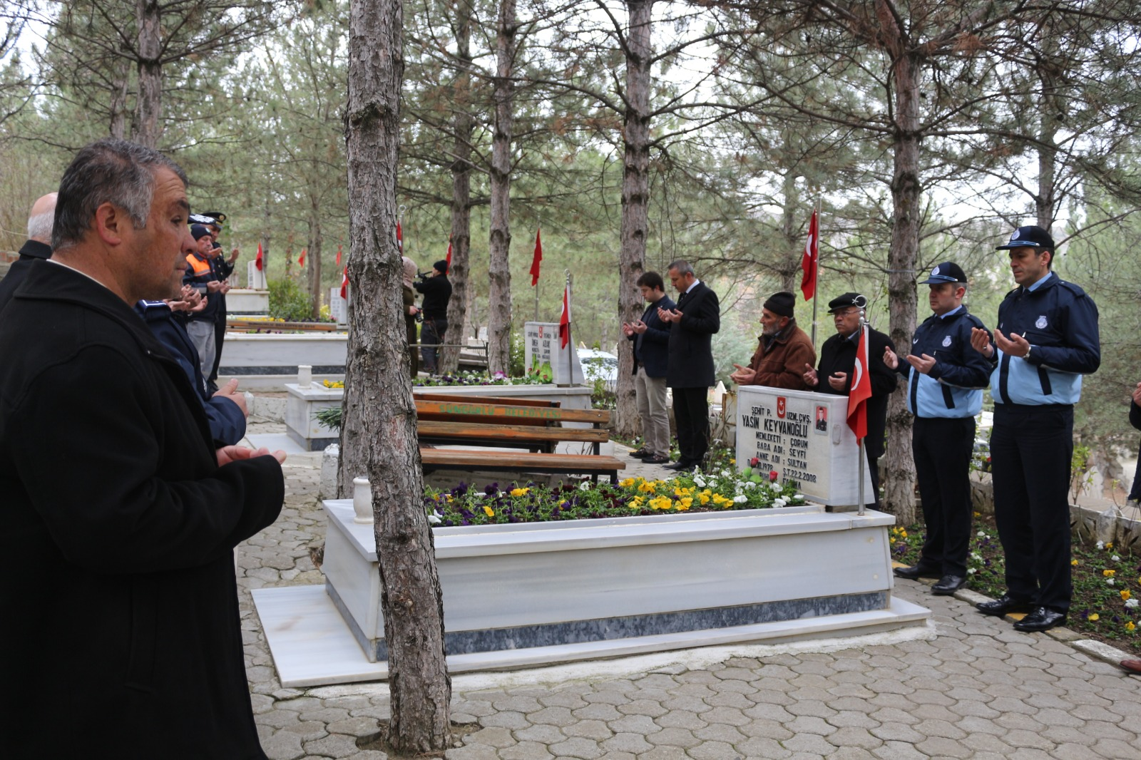 Çanakkale Zaferi'nin 105. yıldönümü ve 18 Mart Çanakkale Şehitlerini Anma Günü münasebetiyle ilçedeki şehitlik ziyaret edildi. | Sungurlu Haber