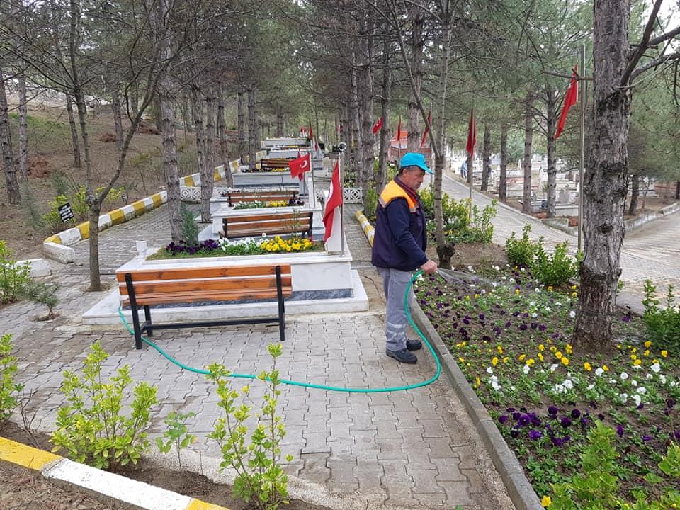 Sungurlu Belediyesi Park ve Bahçeler Müdürlüğü'ne bağlı ekiplerce temizlik ve bakım çalışması yapıldı. Şehitlerin mezarları tek tek düzenlenirken, mevsimlik çiçek dikimi yapıldı. | Sungurlu Haber