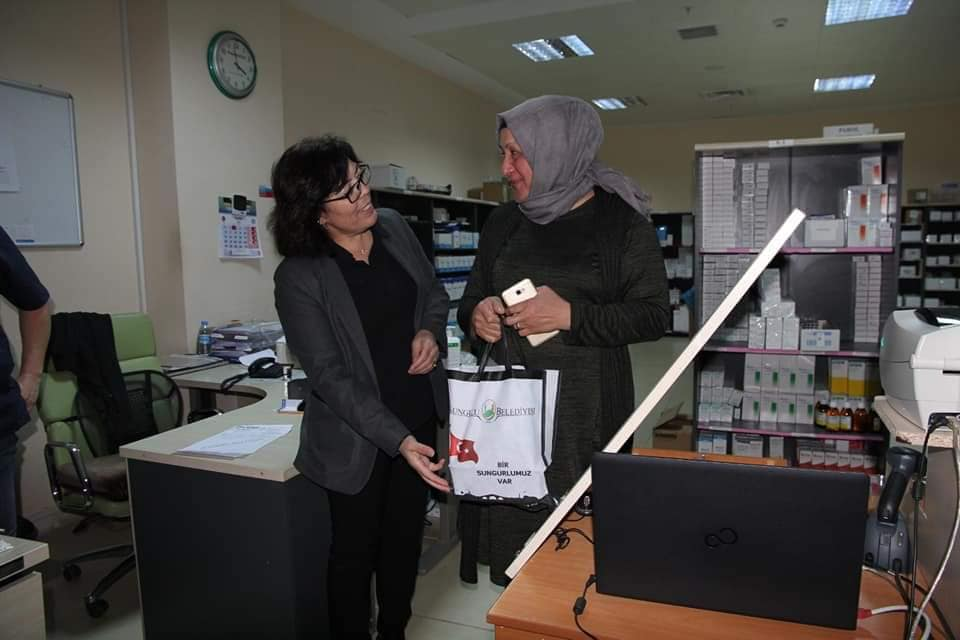 Belediye Başkanı Abdulkadir Şahiner, korona virüs nedeniyle özverili bir şekilde çalışmalarını sürdüren sağlık personellerine çeşitli gıda ürünlerinin olduğu ikram paketi hediye ederek destek verdi. | Sungurlu Haber