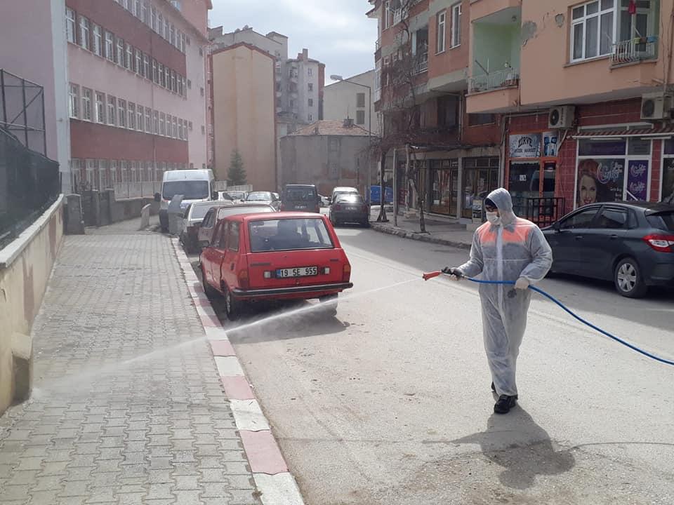 Sungurlu'da kaldırımlar belediye ekiplerince Koronovirüs tedbirleri kapsamında dezenfekte ediliyor. | Sungurlu Haber