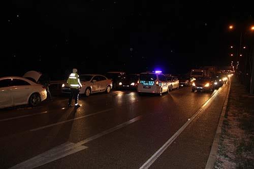 Çorum yolunda kar yağışı nedeniyle meydana gelen 6 ayrı trafik kazasında 6 kişi yaralandı. | Sungurlu Haber