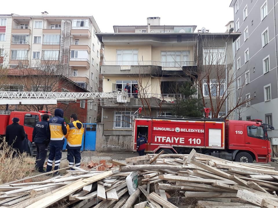 Sungurlu'da meydana gelen ev yangınında eşyalar kullanılmaz hale geldi. | Sungurlu Haber
