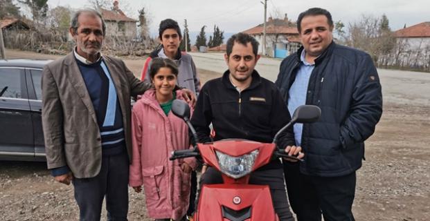 AK Parti Çorum Milletvekili Oğuzhan Kaya, yakalandığı kanser hastalığı nedeniyle sol ayağı kesilen 30 yaşındaki Erkan Dündar'a doğum günü sürprizi yaptı. Milletvekili Kaya, sol ayağı protez olan Dündar'a çok istediği motosikleti hediye etti. | Sungurlu Haber