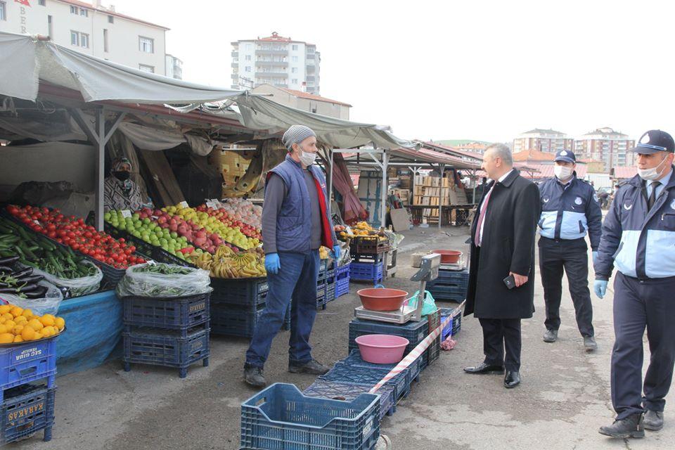 Sungurlu'da Perşembe ve Cumartesi Pazarlarının tekrar açılmasının ardından zabıta ekipleri Perşembe Pazarında sıkı denetim yaptı. | Sungurlu Haber