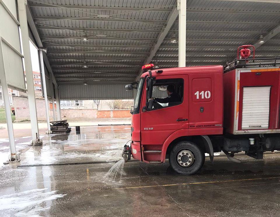 CUMARTESİ PAZARI DEZENFEKTE EDİLDİ Sungurlu Belediyesi koronavirüs tedbirleri kapsamında halkın yoğun olarak kullandığı yerleri dezenfekte etmeye devam ediyor. | Sungurlu Haber