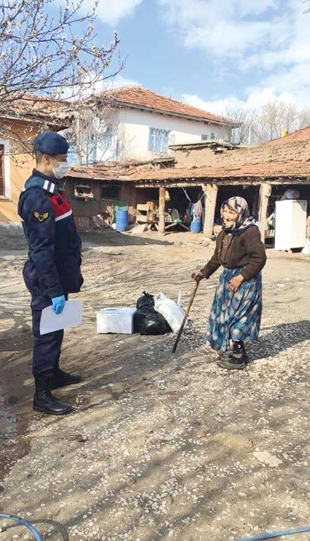 İlçe hıfzıssıhha kurulu kararıyla karantinaya alınan Oyaca Köyü'ne yardımlar ulaştırılmaya devam ediyor. | Sungurlu Haber