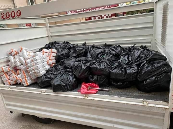 Sungurlu Fevzipaşa Mahallesi muhtarı Erhan Yiğitoğlu, evlerinden çıkamayan 65 yaş üstü yaşlılara ve ihtiyaç sahiplerine gıda yardımında bulundu. | Sungurlu Haber