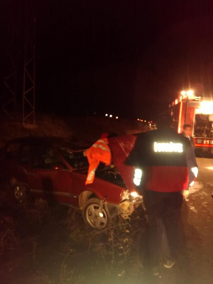 Sungurlu' da meydana gelen trafik kazasında araç içerisinde sıkışan 2 kişi itfaiyenin müdahalesi ile kurtarıldı.   Sungurlu Haber
