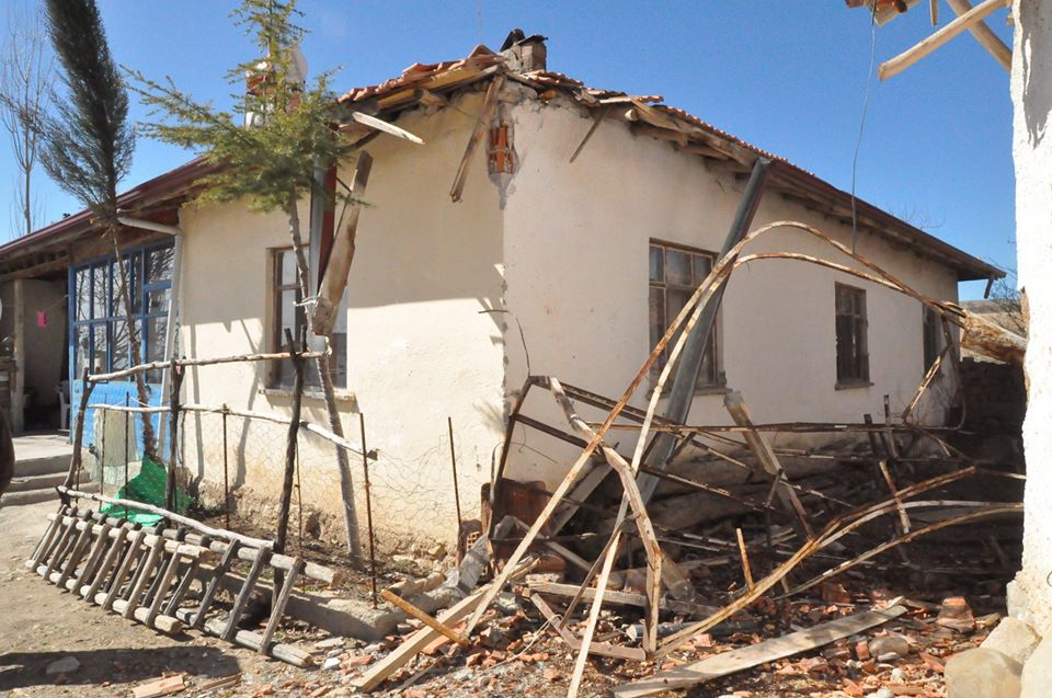 Sungurlu'ya bağlı Aşağı Fındıklı köyünde dün akşam etkili olan fırtına, caminin minarenin külahını yıktı. | Sungurlu Haber
