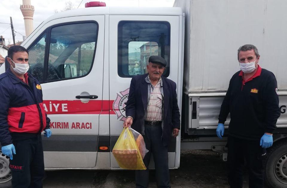 Koronavirüs tedbirleri kapsamında sokağa çıkamayan 80 yaşındaki yaşlı adamın ihtiyacını Sungurlu belediyesi İtfaiye ekipleri karşıladı. | Sungurlu Haber