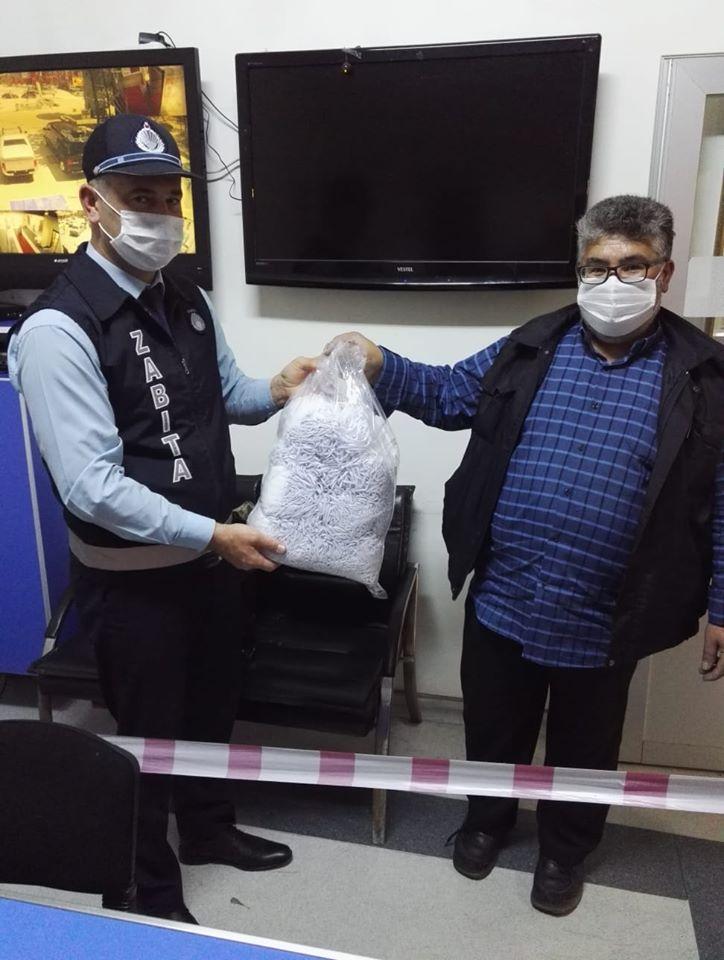 Hemşehrimiz Mustafa Ergişi, Sungurlu Belediye Başkanlığı tarafından üretilen tek kullanımlık maske projesine gönüllü katılım sağlayarak evinde maske üretti. | Sungurlu Haber