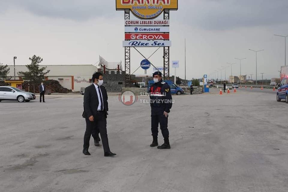 Boğazkale Kaymakamı ve Sungurlu Kaymakam vekili Yunus Ataman, ilçemizin girişinde faaliyete geçirilen denetim noktasını ziyaret etti. | Sungurlu Haber