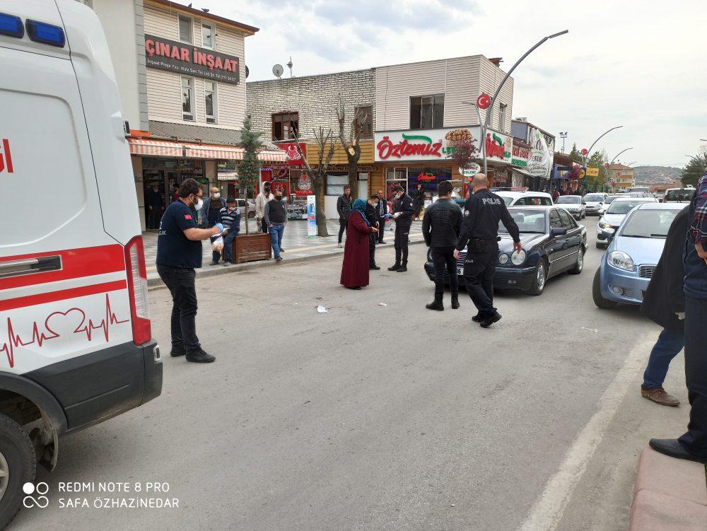 Sungurlu'da çarşı merkezinde karşıdan karşıya geçmeye çalışan yaşlı adama otomobil çarptı. | Sungurlu Haber