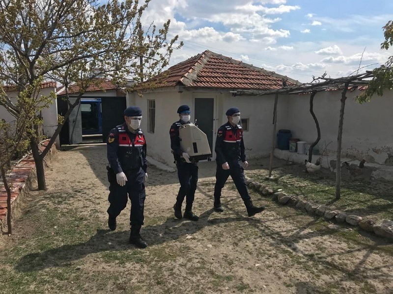 Sungurlu'ya bağlı Ekmekçi köyünde oturan ve Koronavirüs (Covid-19) salgını nedeniyle sokağa çıkma yasağı kapsamında bulunan vatandaşın arızalanan solunum cihazı İlçe Jandarma Komutanlığı ekiplerince Çorum merkezde onarımını yaptırarak vatandaşa teslim ettiler. | Sungurlu Haber