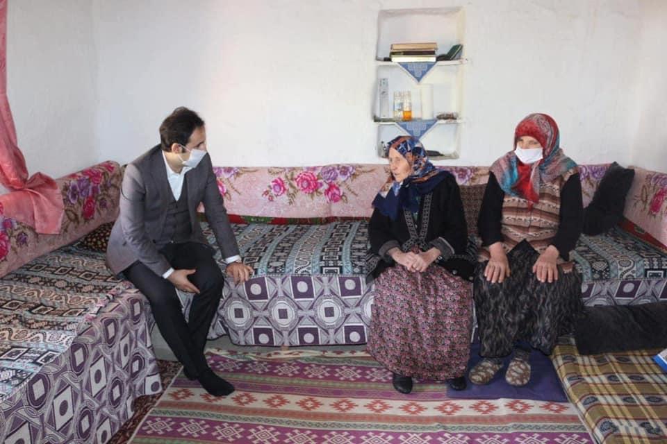 Anneler Günü dolayısıyla Boğazkale Kaymakamı ve Sungurlu Kaymakam Vekili Yunus Ataman, Sungurlu-Boğazkale ilçe merkez ve köylerinde Şehit Ailelerini ve 100 yaşını aşan Anneleri ziyaret ederek Anneler Gününü kutladı ve günün anısına kendilerine hediyelerini takdim etti. | Sungurlu Haber