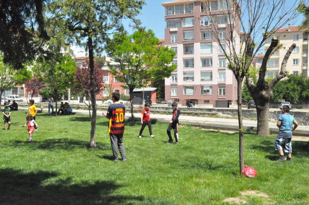 Sungurlu'da, koronavirüs tedbirleri kapsamında evlerinden çıkmaları kısıtlanan 14 yaş ve altındaki çocuklar, bugün 11.00-15.00 saatlerinde ilk kez sokağa çıktı. Ebeveynleri eşliğinde park ve bahçelere akın eden çocuklar, güneşli havanın ve parkların tadını çıkardı. | Sungurlu Haber