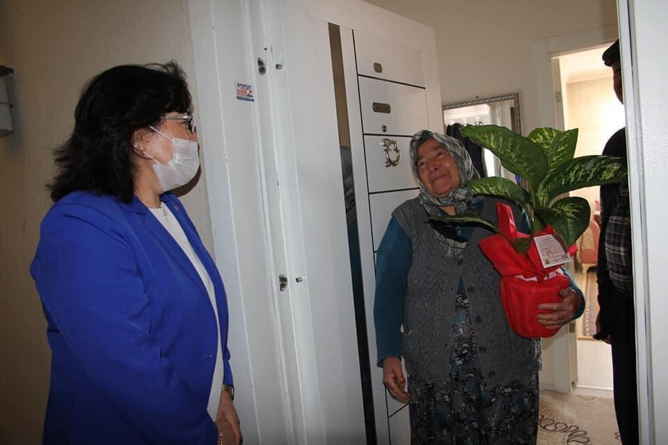 Sungurlu Belediye Başkanı Abdulkadir Şahiner, Anneler gününde evlatlarını vatan uğruna şehit veren annelerini yalnız bırakmadı. | Sungurlu Haber