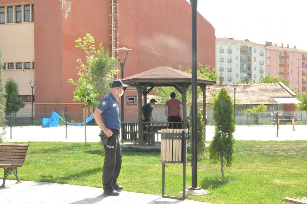 Sungurlu İlçe Emniyet Müdürlüğü'ne bağlı polis ekipleri ilçede güven ve huzur uygulaması yaptı. Uygulamada araçlar kontrol edilirken, vatandaşın kimlik bilgilerinden GBT kontrolleri gerçekleştirildi. | Sungurlu Haber