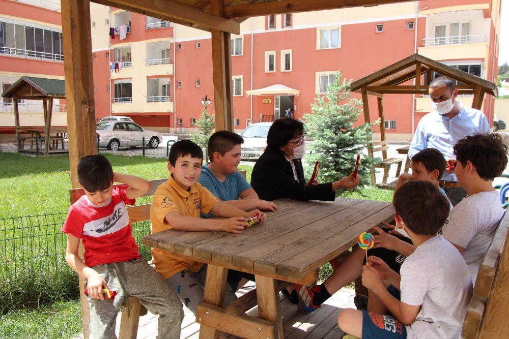 Sungurlu Belediye Başkanı Abdulkadir Şahiner'in talimatlarıyla Belediye Başkan Yardımcısı Sakine Sarıyüce, 11.00 - 15.00 saatleri arasında dışarı çıkma izni bulunan 0-14 yaş grubu çocuklara parklarda çikolata dağıttı. Çocuklara Başkan amcalarının selamını ileten Sarıyüce, korona virüs tedbirleri kapsamında dikkatli ve sabırlı olmalarını, bugünler bittiğinde çok daha güzel günleri birlikte yaşayacaklarını söyledi. | Sungurlu Haber