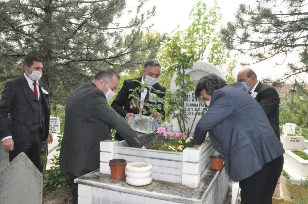 Sungurlu eski belediye başkanlarından İlhan Sarıaltun, ölümünün 10. yıl dönümünde mezarı başında anıldı. | Sungurlu Haber