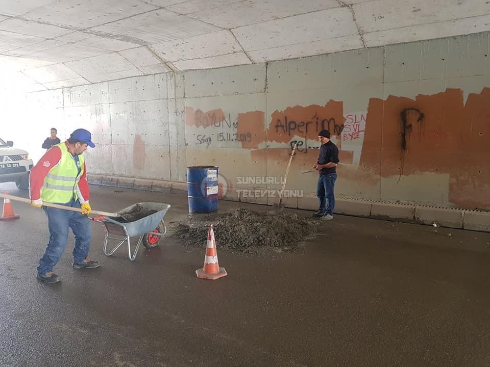 Sungurlu Belediye Başkanlığı Fen İşleri Müdürlüğü ekipleri, yollarda bakım ve onarım çalışmalarına hız kesmeden devam ediyor. | Sungurlu Haber