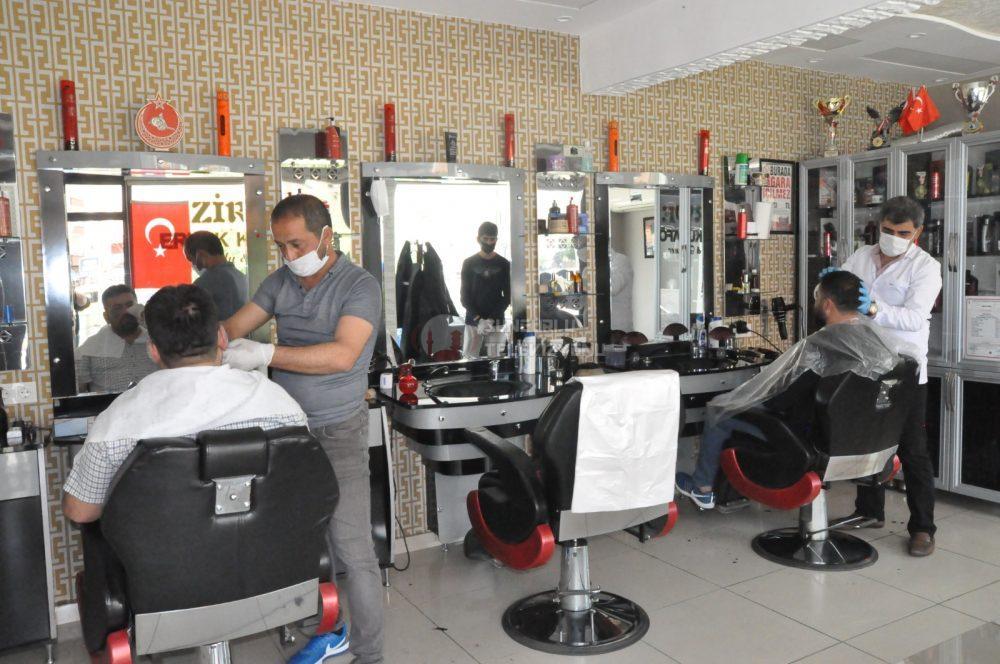 Berber, kuaför ve güzellik salonları, dün itibarıyla iş yerlerine yeniden hizmete açtı.